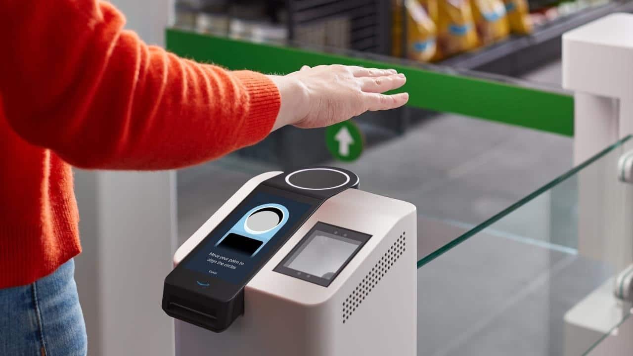 Amazon One, il servizio che consente di pagare tramite il palmo della mano thumbnail