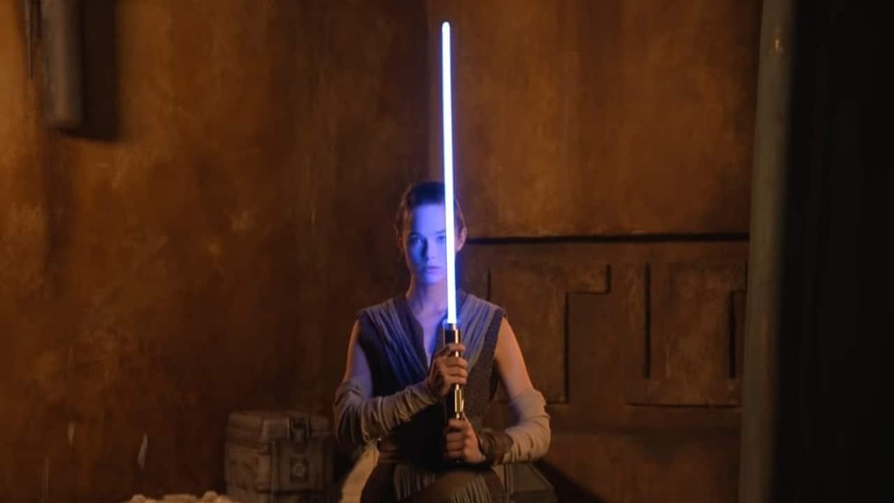 Disney svela la sua 'vera' spada laser ispirata a Star Wars thumbnail