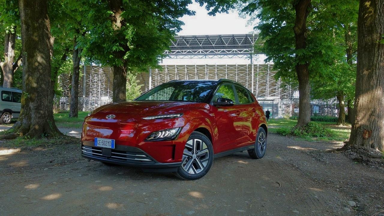 Hyundai Kona Electric, il test drive del SUV a zero emissioni e con un'autonomia da record thumbnail