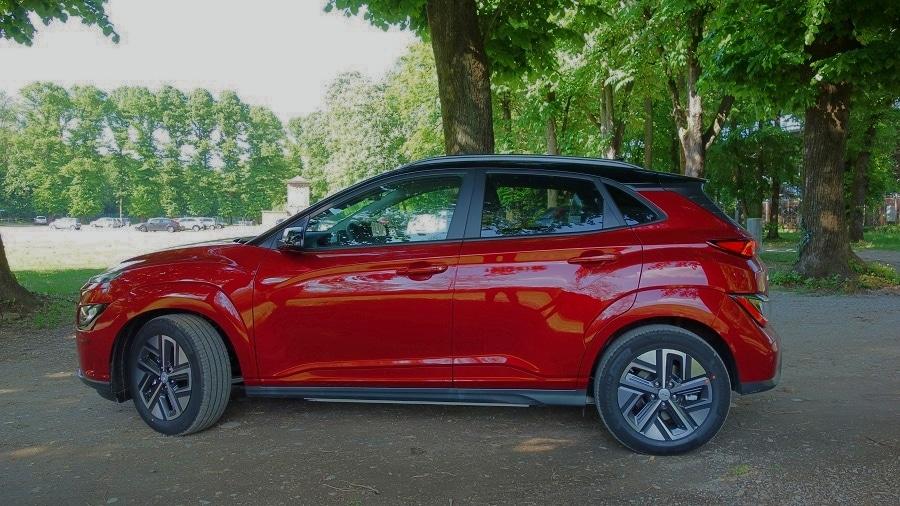 Hyundai Kona elettrica laterale