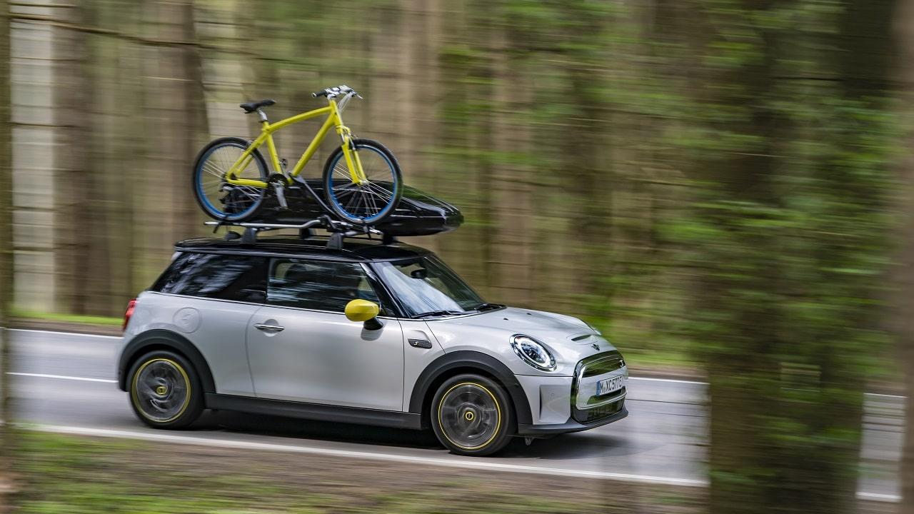 MINI Cooper SE, per la piccola elettrica arrivano le barre portatutto per box e biciclette e un tavolino multiuso thumbnail