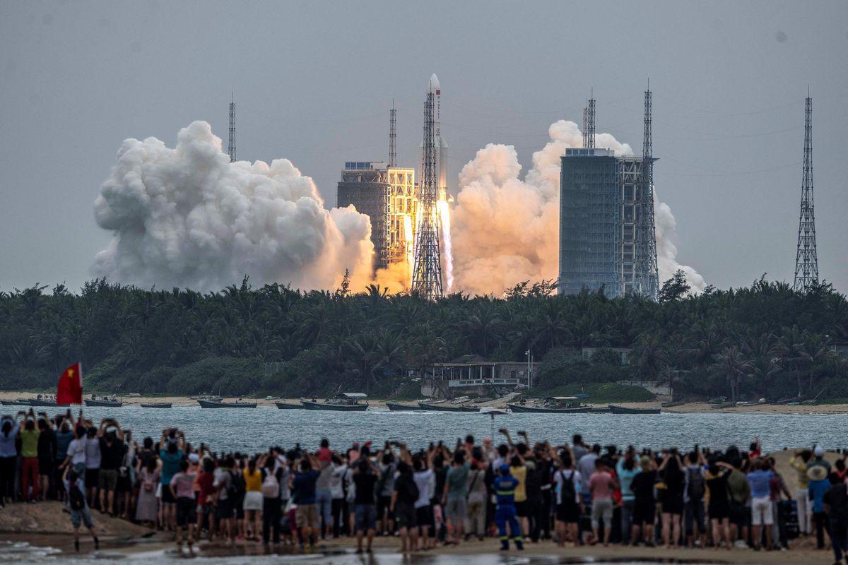 Il razzo cinese precipita nell'Oceano Indiano thumbnail