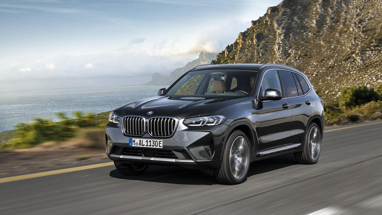 BMW X3 e X4, il restyling si fa ibrido: nuovo look e motori tutti elettrificati thumbnail