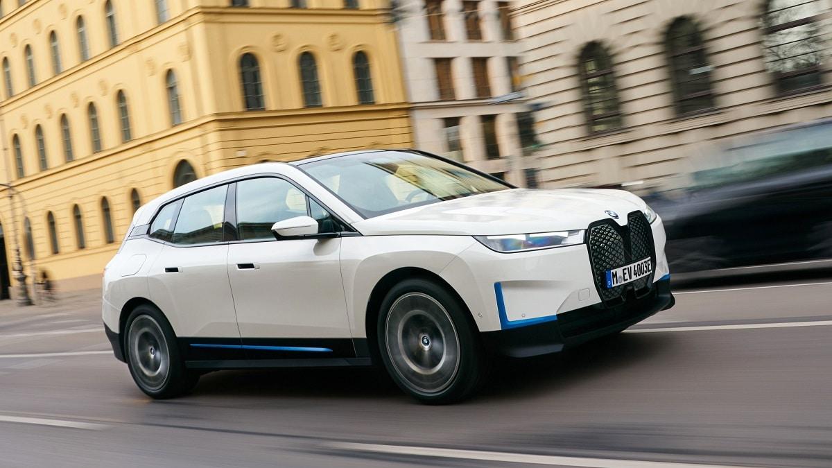 BMW iX: tre varianti e tanta tecnologia thumbnail