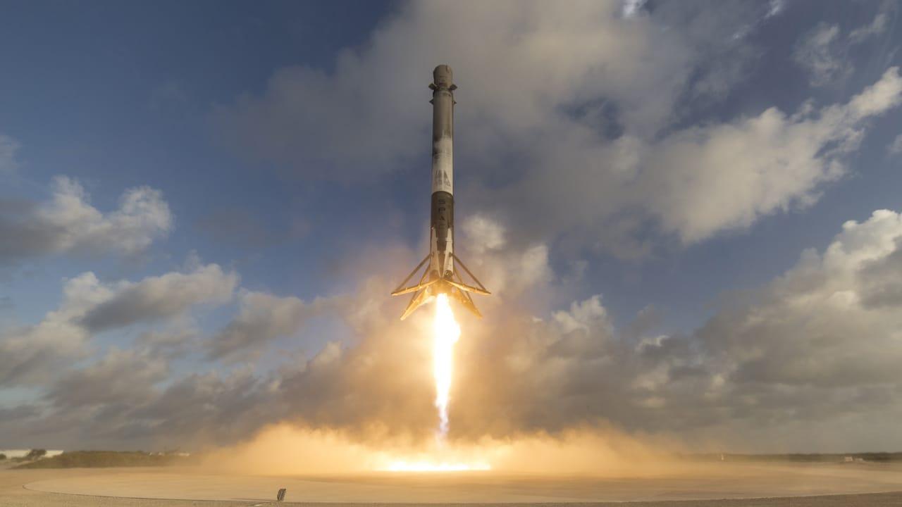La piattaforma di lancio di SpaceX è in costruzione thumbnail