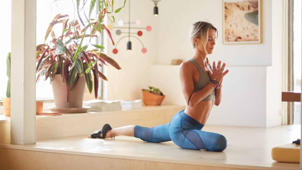 Yoga Academy - Denise Dellagiacoma praticare yoga