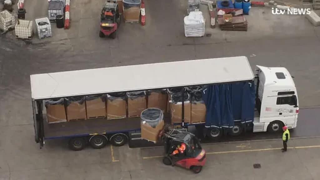 camion prodotti amazon distrutti