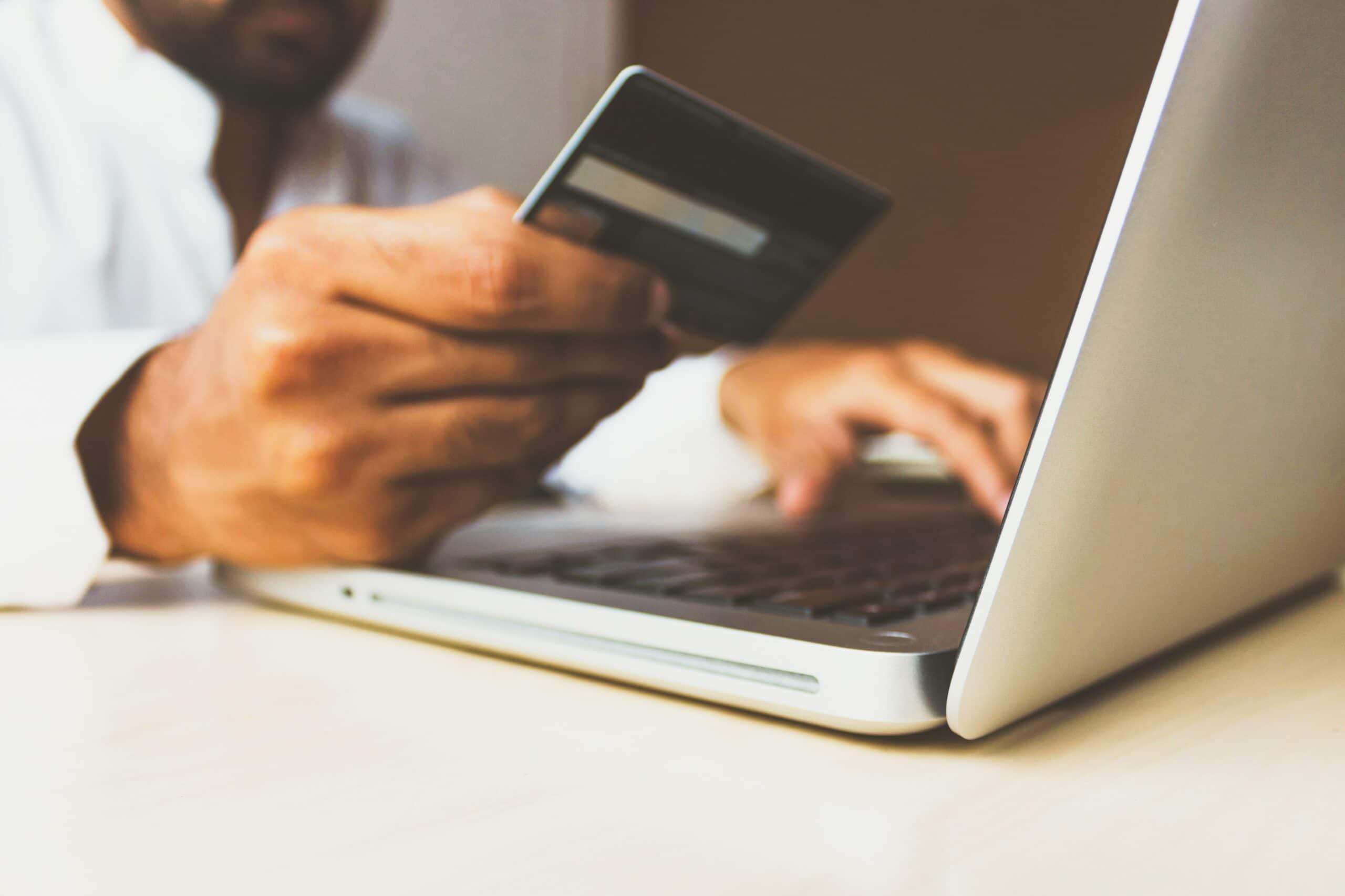 Come risparmiare con gli acquisti online, una breve guida thumbnail