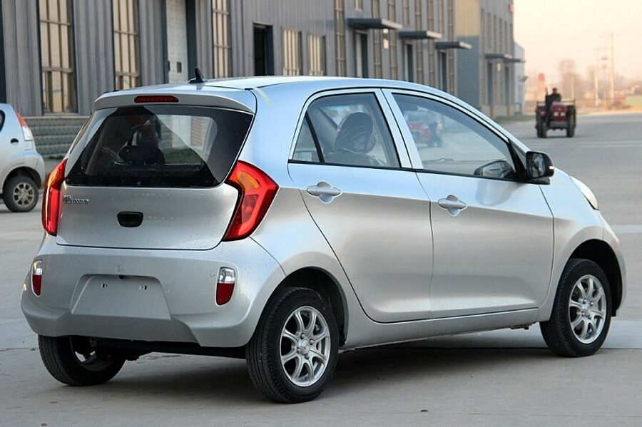 Auto copie cinesi Yogomo 330 posteriore