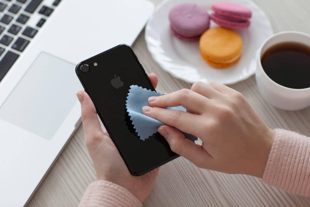 iPhone e Covid: sconsigliata la pulizia con candeggina o acqua ossigenata