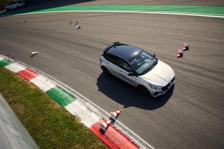 Hyundai Driving Experience frenata in curva