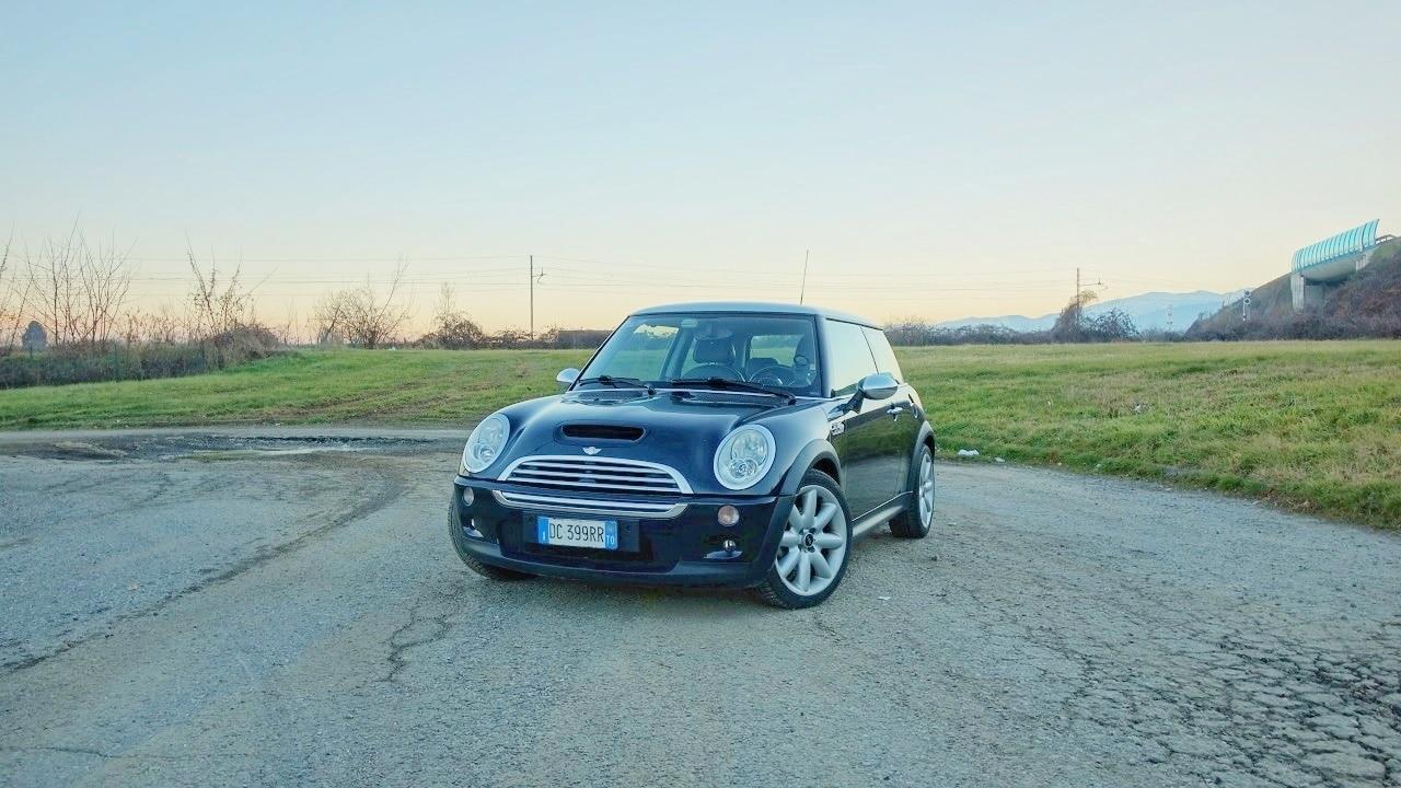 Buon Compleanno MINI! La piccola inglese festeggia i 20 anni della MINI by BMW (e Rover) | AnniversAuto thumbnail