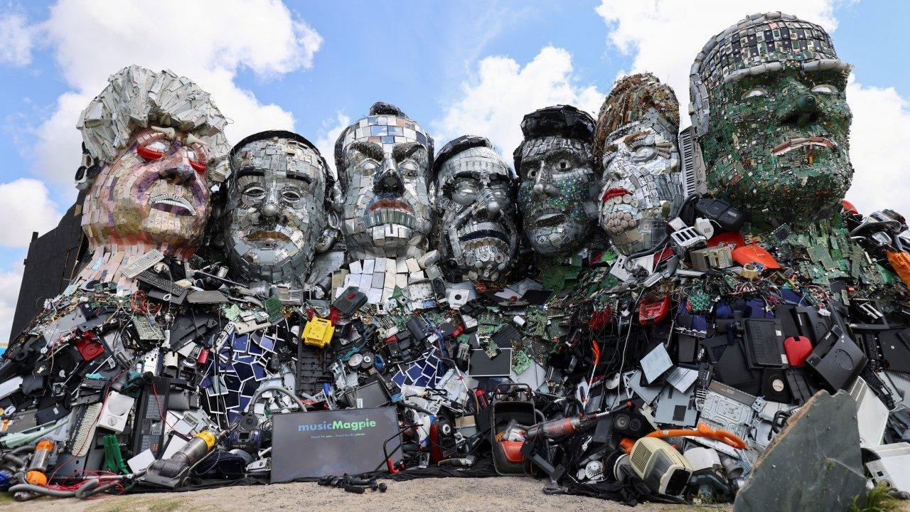 Mount Recyclemore, la scultura di rifiuti dei leader del G7 thumbnail