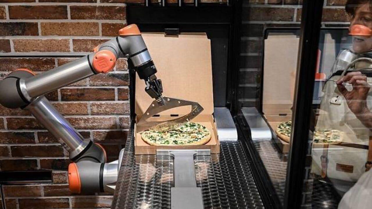 Il cuoco della Pizzeria Pazzi di Parigi è un robot thumbnail