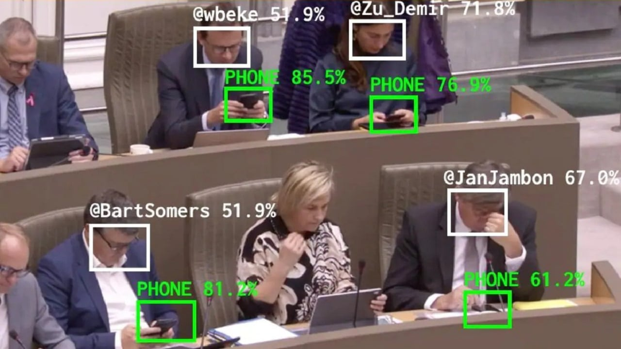Un bot sgrida i politici che stanno troppo tempo sui loro smartphone thumbnail