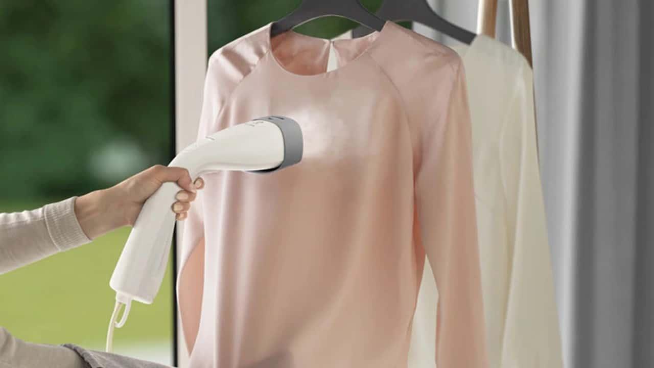 Electrolux presenta lo stiratore verticale che rimuove il 99,99% dei batteri thumbnail