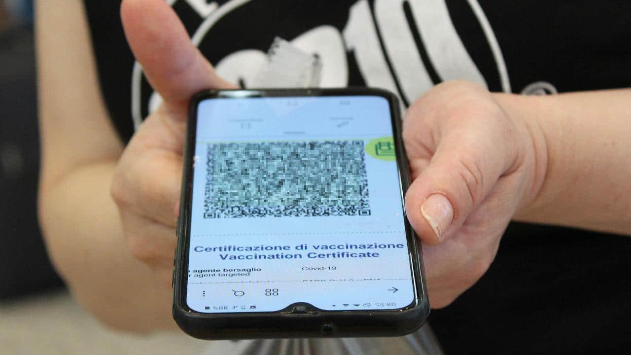 Il punto sul Green pass europeo. Tra boom di download e certificati falsi thumbnail