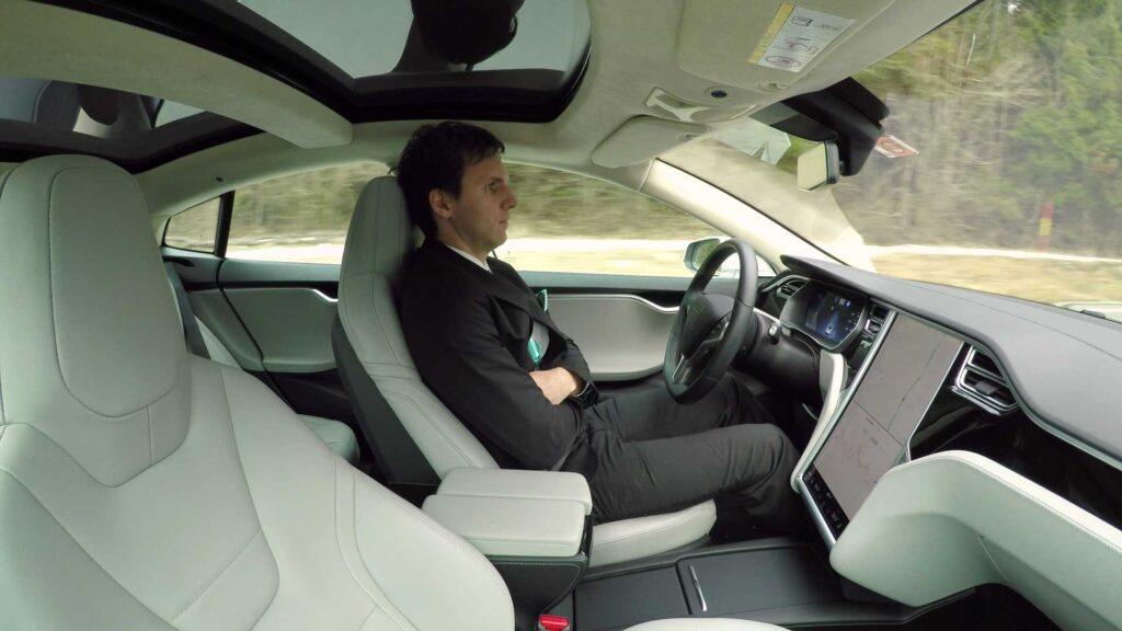 Tesla: arriva la beta del nuovo software di guida autonoma