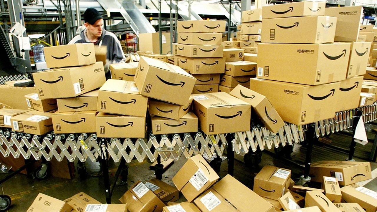 Amazon smette di distruggere milioni di prodotti invenduti thumbnail