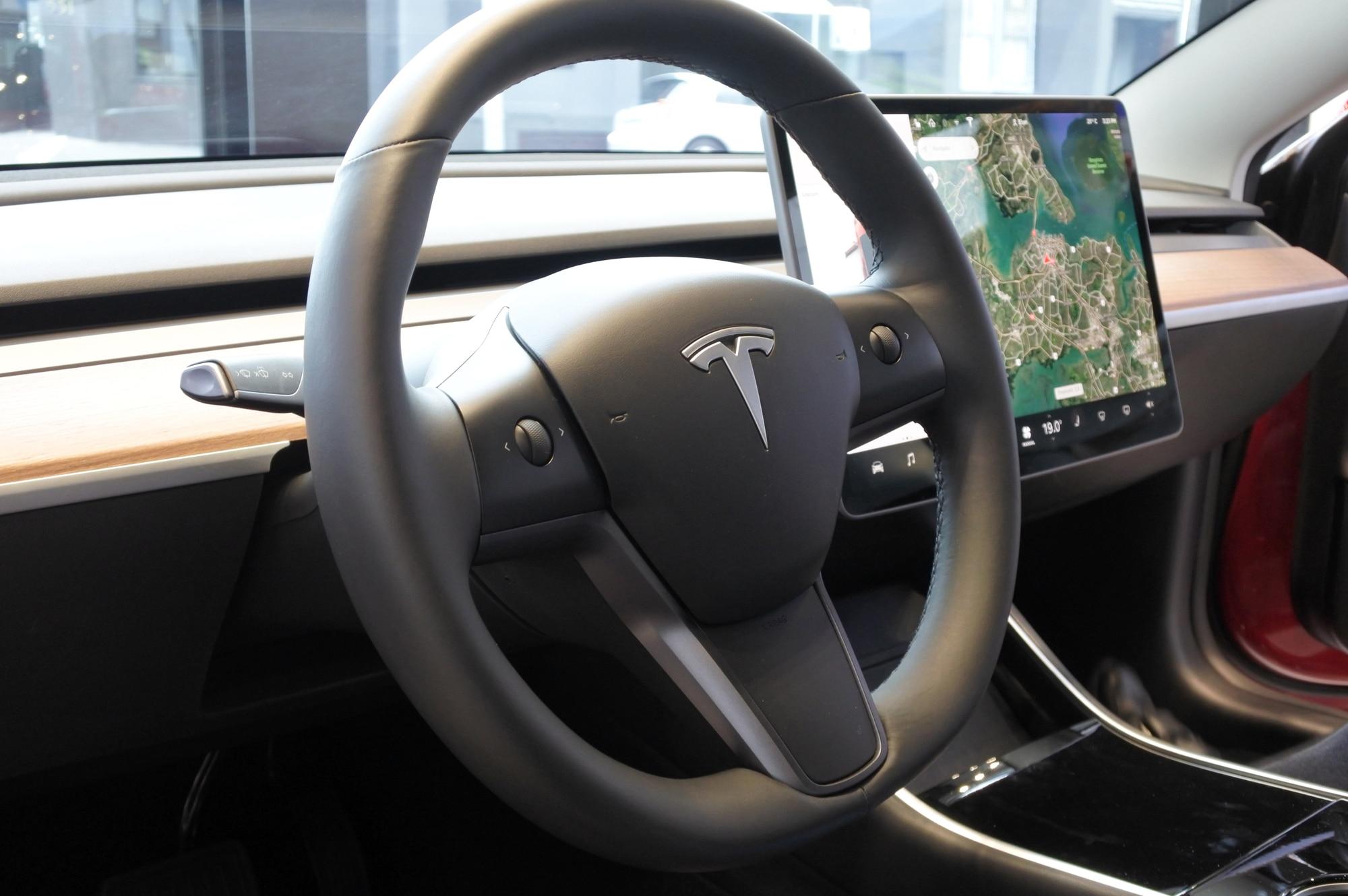 L'Autopilot di Tesla finisce sotto indagine negli USA thumbnail