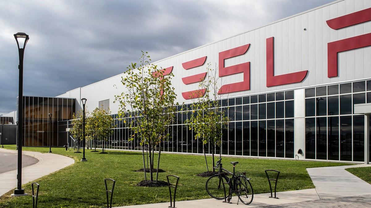 Tesla risarcisce un lavoratore vittima di discriminazione thumbnail