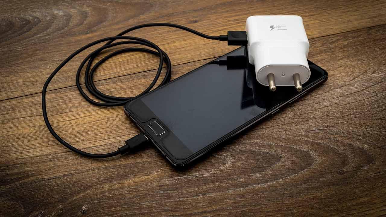 L'Unione Europea vuole il caricabatterie unico: Apple protesta thumbnail