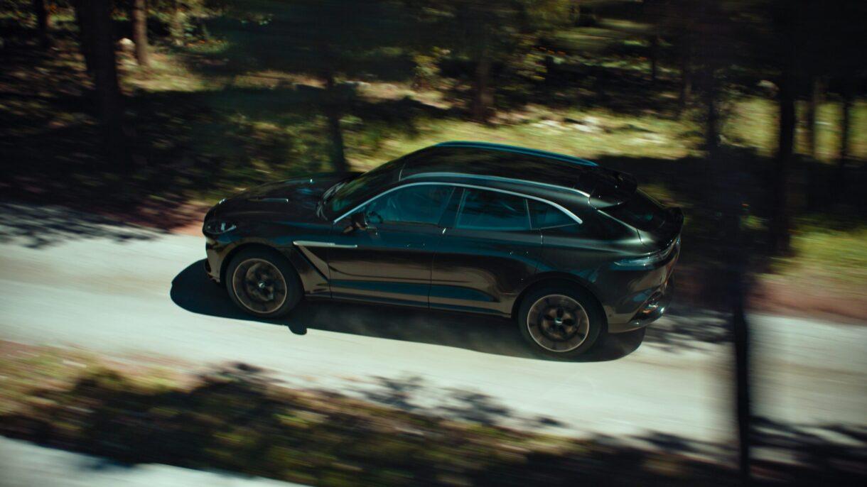 Aston Martin DBX si lancia in un grande progetto cinematografico thumbnail