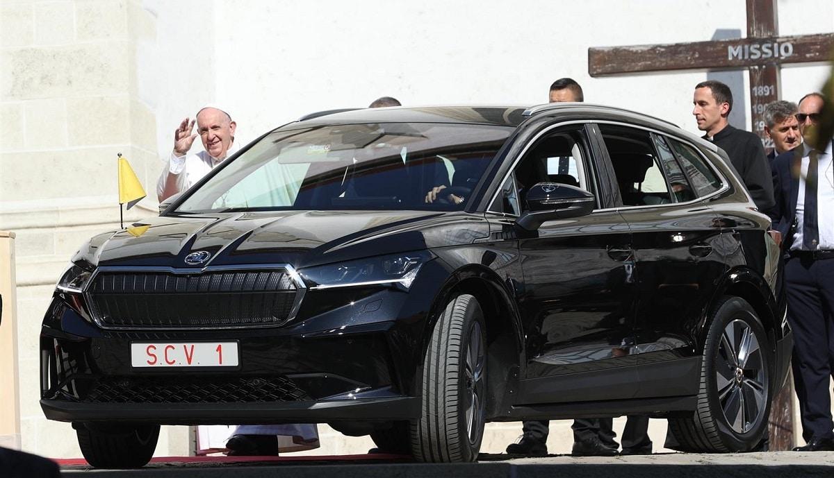Papa Francesco in visita in Slovacchia con il supporto della Skoda ENYAQ iV thumbnail
