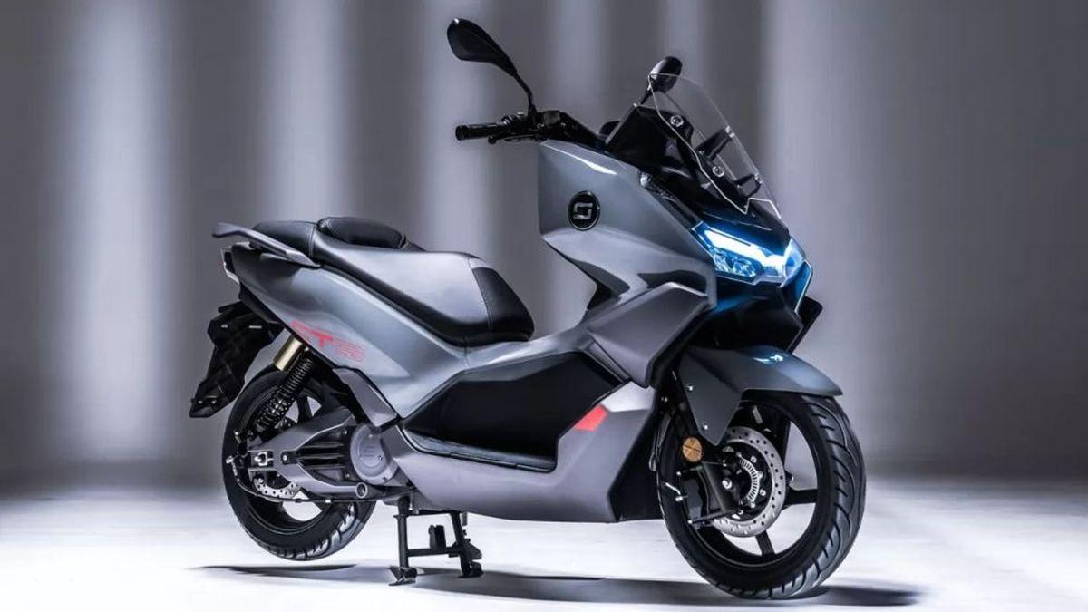 Super Soco CT, dalla Cina arriva il maxi scooter elettrico equiparabile a un 250cc thumbnail
