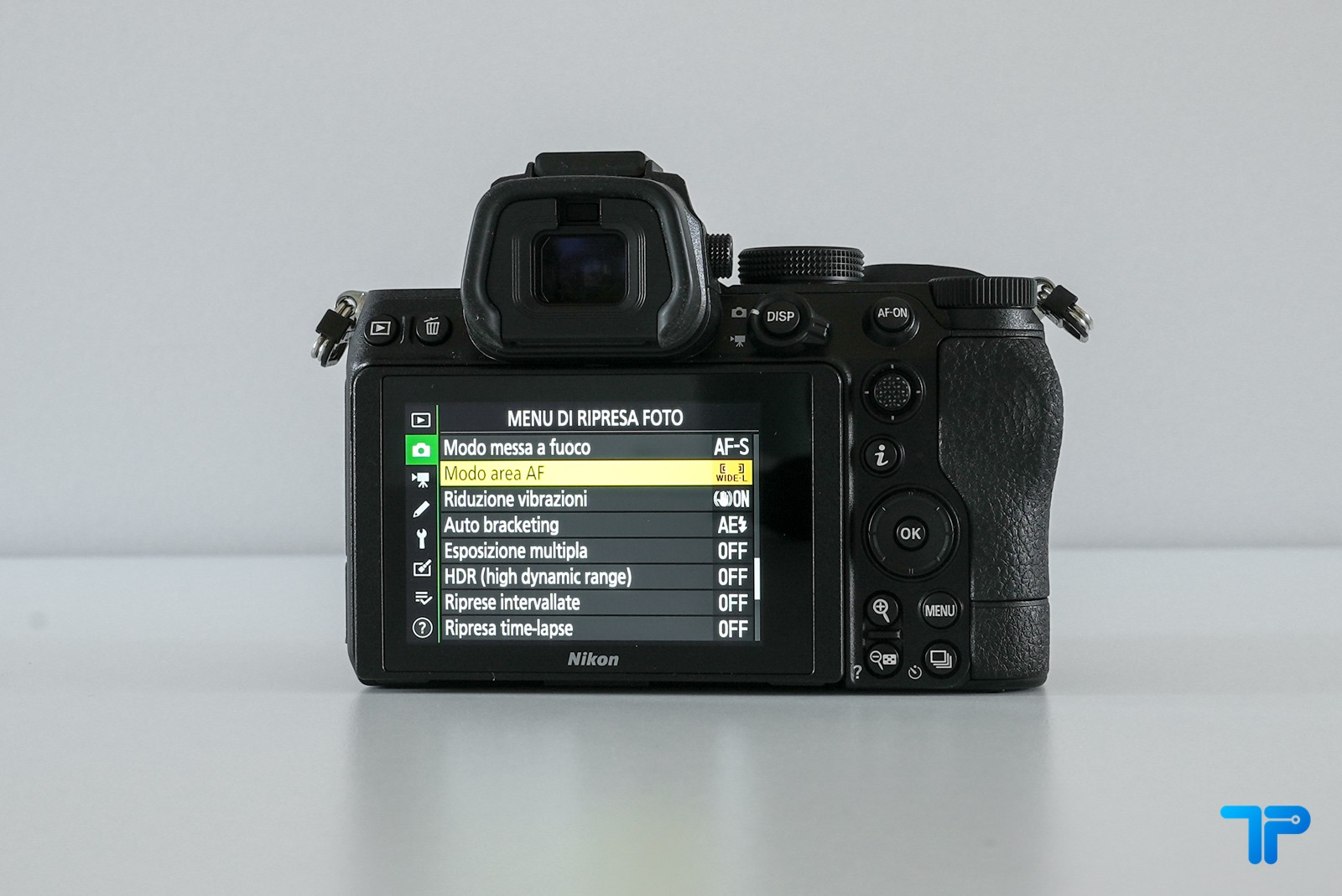 Nikon Z5: il dorso quasi identico a quello di Z6
