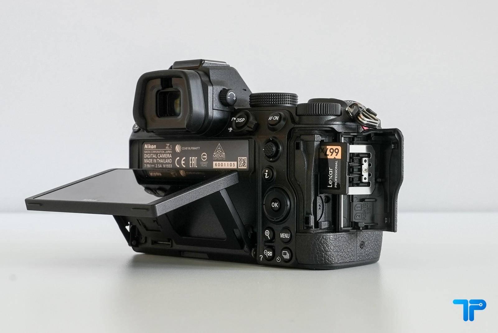 Nikon Z5: doppio slot per schede SD